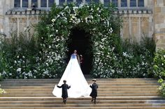 The veil, also designed by Waight Keller, represents the distinctive flora of each of the 53 Commonwealth countries united in one floral composition.