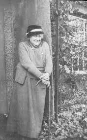 Hellen Beatrix Potter English author, illustrator, natural scientist and conservationist best known for her imaginative children's books featuring animals such as those in The Tale of Peter Rabbit which celebrated the British landscape and country life. Old Photos, Vintage Photos, Peter Rabbit And Friends, Pierre Auguste Renoir, Foto Art, Cumbria, Lake District, Book Authors, I Love Books