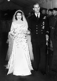 Bei der Wahl ihres Ehemannes setzt sich Elizabeth durch: Trotz kritischer Stimmen heiratet sie ihre Jugendliebe Prinz Philip.  © dpa Queen Elizabeth Wedding Day, Princess Beatrice Wedding, Queen Wedding Dress, Queen Dress, Wedding Gowns, Prinz Andrew, Prinz Philip, Princesa Elizabeth, Royal Brides