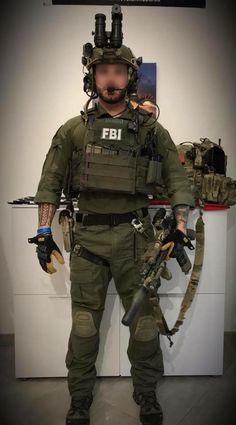 Opérateur de la DG, reenac HRT FBI tenu nocturne crye précision ranger green 1/4