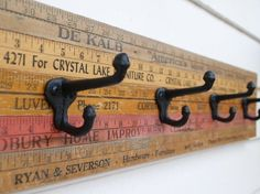 Vintage yardstick coat rack - Super easy DIY Glue yard sticks together then glue hooks on Do It Yourself Furniture, Diy Furniture, Furniture Market, Furniture Vintage, Industrial Furniture, Vintage Industrial, Home Projects, Craft Projects, Craft Ideas