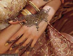 Dessin au henné sur main