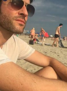 Tom Ellis Lúcifer na praia