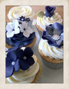 Blue flowers cupcakes