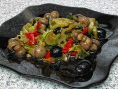 Ciuperci cu dovlecei şi praz la cuptor European Dishes, Mushroom Recipes, Sprouts, Stuffed Mushrooms, Low Carb, Meals, Chicken, Vegetables, Food