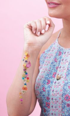 Love faux tattoos? Try this pressed flower technique. It's easy to DIY and creates a gorgeous design!