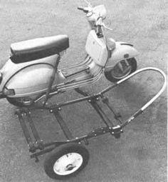 El sub-bastidor para un sidecar Vespa se fija con pernos a la motoneta, en vez de soldarse (izquierda). Luego el sidecar se fija con pernos al bastidor. Note la gaza de acero en la parte delantera, a fin de proteger contra impactos.