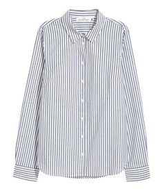 White/blue striped. Gently fitted shirt in woven cotton fabric with buttons at front and at cuffs. Rounded hem.