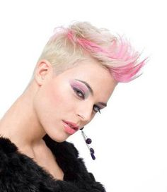 Short Blonde Pixie with Pink Highlights. Brown with red instead. Blonde Pixie Hair, Short Blonde, Pixie Cut Kurz, Pixie Cuts, Short Hair Cuts, Short Hair Styles, Directions Hair Dye, Cooler Stil, Blonde With Pink
