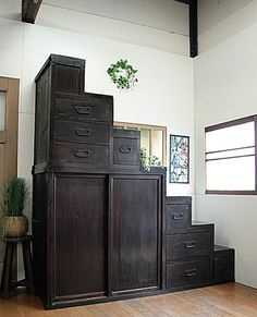 Traditional Japanese chest of drawers.Can also be used stairs.