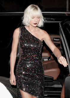 Taylor Swift Night Out Style Out for Dinner at Il Piccolino Restaurant in West Hollywood 4282016 Selena And Taylor, Taylor Swift Hot, Celebrity Style, Queens, Celebs, Birthday Parties, Street Style, Outfits, Dresses