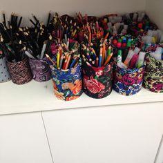 Olha minhas latinhas encapadas com tecido.... Reciclar e organizar!!! Ficou lindo (modéstia parte) kkkkk #Materniarte #grupomamaesdesp