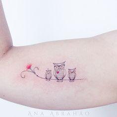 Suas tatuagens tem como tema, a botânica e o cerrado, penduricalhos, mandalas, arabescos e animais que lembram o imaginário infantil. Conheça Ana Abrahão!                                                                                                                                                                                 Mais