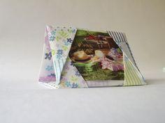Somente para Fotografia tamanho 10 x 6.   Tecido 100% algodão engomado estampado com flores azuis e listras. Feito com técnica de origami em tecido (oriuno), sem costura. Tem forma triangular, podendo deixar na horizontal ou na vertical. R$ 9,90