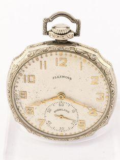 """Illinois Elgin """"Sterling"""" staart-jas horloge / pocket watch Art Deco jaren 1920 Fijne Illinois / Elgin """"Sterling"""" staart-jas watch / zak horloge uit de jaren 1920. In de driedelige 14kt witgoud verguld behuizing.De beweging is relatief hoge kwaliteit voor weinig geld - typisch voor de VS en de liquidatie van de dubbele roller van tijd en gekalibreerd beweging.Klein wit-verguld horloge keten. Vroege Art Deco. In goede staat. Afmetingen: 46 mm x 46mm x 11mm / 46mm diameter. Volledig… Old Pocket Watches, Grandfather Clock, Vintage Watches, Illinois, Clocks, Chains, Art Deco, Accessories, Pocket Watch"""