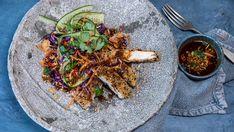 Knasende god salat med en asiatiskinspirert dressing. Her er det viktig å ta seg tid til finsnitting og kutting. Har du en grønnsakskutter (en mandolin) er den helt perfekt for oppgaven. Hvis ikke, bruk en skarp kniv.      Utgangspunktet til dressingen er like deler soyasaus, oystersauce, ferskpresset limesaft og nøytral olje. Krydre   med noen dråper sesamolje, ingefær og hvitløk - og du har en superanvendelig dressing som like gjerne kan brukes i laksepoke-salat eller som et alternativ til… Frisk, Paella, Healthy Recipes, Healthy Food, Chicken, Dinner, Cooking, Ethnic Recipes, Bowls