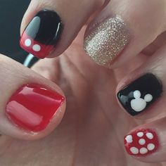 This Disney themed nail design is inspired by Mickey Mouse. These Mickey Mouse nails are simple enough to do you can do it yourself at home! My daughter and I always do Disney themed nails right… Disney Toe Nails, Disney Halloween Nails, Disneyland Nails, Mickey Mouse Nails, Disney World Nails, Disney Toes, Disney Manicure, Mickey Mouse Nail Design, Cute Nails