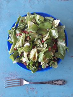 Green salad with red roasted pepper, garlic and fennel.