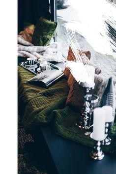 Einrichtungsideen, Frühlings-Deko, Esstisch, Fensterbank, Sofa, Samt, Wohnbereich dekorieren, Interior Blog, Interior Magazin, whoismocca.com     #homeinterior #whoismocca #interiordesign #einrichtungsideen #frühlingsdeko #ostern #spring #textilien #stoffe #kissen #decken #farben #materialien #tirol #flagshipstore #einrichtungexperten #inspiration Window Ledge Decor, Babycakes Cake Pop Maker, Cake Pop Bouquet, Ashley I, Bee Honeycomb, Home Interior, Spring Flowers, Flower Pots, Architecture Design