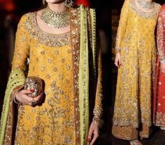 Traditional Bridal Wear Mehandi Dresses Designs Of Mehandi Dresses For Wedding Wear For Girls is the most important element. Pakistani Bridal Dresses, Pakistani Outfits, Indian Dresses, Indian Outfits, Pakistani Mehndi, Bridal Lehenga, Mehendi, Mehndi Outfit, Mehndi Dress