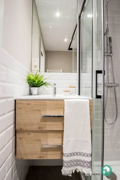 Reforma de baño en un apartamento de alquiler. #fityourhouse #homestaging #bathroom #small #space #apartments #remodeling #wood ##cantabria #decor #interiordesign #design #decoration before&after #renting #baño #espaciospequeños