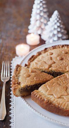La torta di noci è un dolce rustico, con un ripieno tutto da gustare. Prova la ricetta di Sale&Pepe.