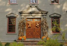 Front Door Classic Colonial Home Exterior Colors, Exterior Paint, Early American Homes, Saltbox Houses, Primitive Homes, Primitive Fall, Primitive Decor, New England Homes, Porch Decorating