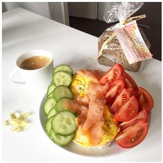 Guten Morgen nach einer viel zu kurzen Nacht mal wieder  Erstmal Gainz safen  hahaha. Kennt ihr schon meinen Omelettemaker? (Der hier is von Tupper) Das Teil ist  super für die Arbeit weil ihr euer Frühstück / Mittagessen dann frisch aber trotzdem schnell zubereitet habt . Mein Herr hat ihn sich schon gegriffen und nutzt das Ding fast täglich. Dazu das  leckere @carbfree_ Brot -> so krasse Werte für ein Brot (15gr Carbs auf 1 Scheibe ) zwar etwas mehr Fett aber ich bin eh nicht lf unterwegs…