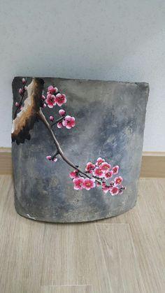 기와에 매화봄을 처음으로 알려주는 매화 올해는 왜 이리 매화가 이뻐보이는지요 오래 도록 보고싶습니다 Painting Patterns, Fabric Painting, Painting On Wood, Ceramic Painting, Ceramic Art, Korean Pottery, Keramik Design, Fabric Paint Designs, Clay Texture