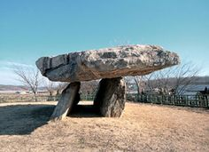 """La mitad de los 55000 dólmenes que existen o """"goindol"""" están en Corea. No tenía idea Ancient Mysteries, Cairns, Best Cities, Monuments, Archaeology, South Korea, Mystery, Stones, Building"""
