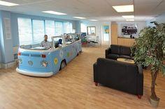 De furgoneta Volkswagen... a mostrador de recepción.