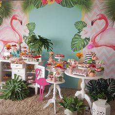 """341 curtidas, 7 comentários - A Louca Convida (@aloucaconvida) no Instagram: """"Decor linda de Flamingos! #Repost from @facafesta E hoje tem festa para Tia Cris!! 5.2 com muita…"""""""