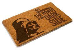 """Felpudo Darth Vader 70 x 50 cm. Star Wars Fantástico y a la vez original felpudo de 70 x 50 cm ideal para la entrada de tu casa con el título """"You underestimate the power of the dark side"""" (no subestimes el poder del lado oscuro) de la saga de Star Wars y 100% oficial y licenciado."""