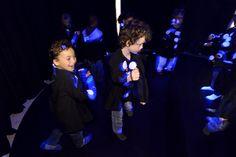 Peuters en kleuters kunnen bewegen en dansen in de 'Blacklight disco'. In deze disco bekijken ze eerst het filmpje 'Stippen' van Keith Gray en Neil Atkin. Vervolgens kunnen ze met speciale jasjes zichzelf bewonderen en verwonderen over het effect van Blacklight.    De 'Blacklight disco' is onderdeel van de tentoonstelling ZELF! (3 t/m 6 jaar) in Villa Zebra. Foto: Mike Bink