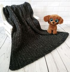 Loom knit a gorgeous baby blanket in the perfect size for a stroller or car seat. A simple stitch pattern gives it texture through out. Knitting Basics, Arm Knitting, Double Knitting, Knitting Projects, Loom Blanket, Afghan Loom, Sock Loom, Loom Hats, Loom Knitting Patterns