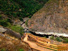 """O percurso dos Passadiços do Paiva liga Areinho a Espiunca, bem próximo de Alvarenga (localidade afamada pelo """"bife de Alvarenga""""), ao longo de 8.700 metros, a maior parte dos quais em passadiços de madeira que acompanham as vertentes rochosas da margem esquerda do rio Paiva."""