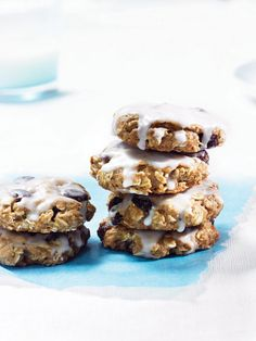 Oatmeal Cookies: Cookies 2 Tbs. flaxseed meal 1 cup oat flour 1 tsp. baking powder ½ tsp. baking soda ½ tsp. salt ½ tsp. ground cinnamon 2 Tbs. vegan margarine, softened ½ cup light brown sugar ¼ cup sugar ¼ cup applesauce or prune purée 1 tsp. vanilla extract 1 ½ cups old-fashioned oats ½ cup raisins or dried cranberries Icing ¾ cup confectioners' sugar 2 Tbs. lemon juice