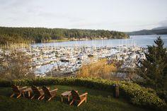 USA, Washington, San Juan Islands, Friday Harbor, yard and harbor