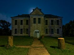 Abandoned Farm Houses, Old Abandoned Buildings, Abandoned Castles, Abandoned Mansions, Old Buildings, Abandoned Places, Old Houses, Small House Exteriors, Small Front Porches