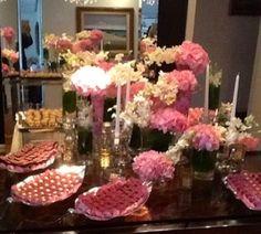 Olhem que mesa show nossa craque das flores, CHRIS LOBÃO RAMOS, fez outro dia!  Toda com flores nos tons rosa, e algumas brancas para dar uma quebrada, o tom prevaleceu em todos os detalhes da noite e dos arranjos espalhados pela casa! Amei!  AC