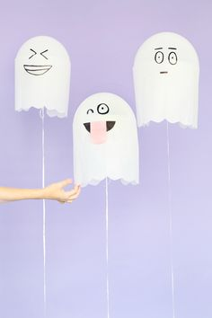 DIY Silly Ghost Balloons: Even ghosts need to take a break from being scary every once in a while. DIY these silly ghost balloons and line your halls and walls with their cute faces. (via Studio DIY) Scary Halloween Crafts, Halloween Banner, Diy Halloween Decorations, Holidays Halloween, Happy Halloween, Halloween Supplies, Kawaii Halloween, Cheap Halloween, Cocktails Halloween