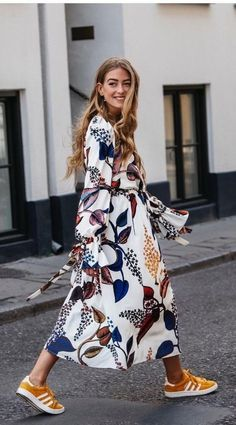 20 Pretty Maxi Dresses to Wear this Fall - Femalinea Maxi dress can be combined with other outfits such as a jacket, blazer, sneakers, heels and a leather jacket. If you want to look casual you can wear sneakers. Yellow Sneakers, Dress With Sneakers, Sneakers Style, Sneakers Fashion, Fashion Shoes, Shoes Sneakers, Fashion Kids, Trendy Fashion, Womens Fashion