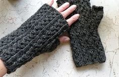 Ravelry: Kämmekkäät pattern by Satsa Fingerless Mittens, Knit Mittens, Knitting Yarn, Knitting Patterns, Knitting Ideas, Wrist Warmers, Handicraft, Ravelry, Knit Crochet