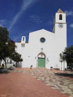 Iglesia de Sant Pere de Calella.  la iglesia parroquial de Calella de Palafrugell está dedicada a San Pedro, patrón de los pescadores. La iglesia erigida sobre las casa blancas de Calella domina el conjunto de la población, fue construida en el año1884.En 1936 a comienzos de la guerra civil fue destruida y posteriormente fue reformada en 1958.