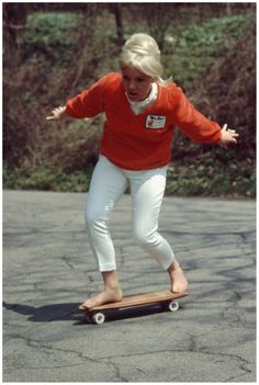 Pat McGee rides barefoot as she demonstrates her skateboarding technique in California. Patti McGee was the first female pro skateboarder. she became the first woman inducted into the National Skateboarding Hall of Fame. Old School Skateboards, Vintage Skateboards, Patti Mcgee, Girls Skate, Estilo Real, Going Barefoot, Skateboard Girl, Skateboard Pictures, Skater Girls