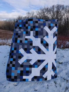 My finished Snowflake quilt (pattern by Modern Handcraft) : quilting Snowflake Quilt, Snowflakes, Pineapple Quilt Block, Modern Quilting Designs, Winter Quilts, Blue Quilts, Quilt Patterns Free, Easy Quilts, Quilt Making