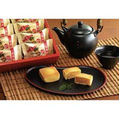 【台北好禮】台北最佳伴手禮── 佳德鳳梨酥。 鳳梨酥是台灣特有的產品,也是最能代表台灣的產品。皮薄餡多、鬆香不黏牙,夾藏著口感細緻及充滿著鳳梨的自然酸與甜,無以倫比。  好吃的鳳梨酥,鳳梨果肉必須佔餡料 20% 以上、酥皮重量是餡料 1.5 倍、成品含水量不得超過 12% ,這樣一來餡料甜而不膩,外皮入口酥鬆。  分享來源:佳德糕餅