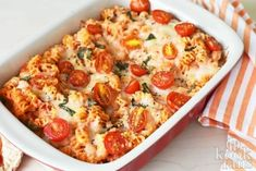 Make this Margherita Pasta Bake for your family with delicious and fresh flavors. This baked pasta is sure to please! Vegetarian Pasta Recipes, Cooking Recipes, Healthy Recipes, Pasta Dishes, Food Dishes, Cheesy Pasta Bake, Bistro Food, Foods With Gluten, How To Cook Pasta
