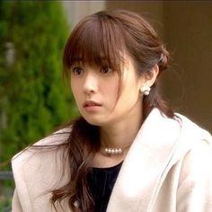 ダメな私に恋してくださいに出演している深田恭子さん の髪型がかわいいと話題になっています。 深田恭子さんはもう30歳を超しているのに、可愛らしくて人気がありますよね。 ちょっと天然の愛されキャラの深田さんですが、 ダメ恋の主人公のキャラクターがぴったりですよね。 SPONSOR LINK 深田さんが、ダメ恋で着ていた「ダサカワ」な洋服が売れていると 話題になっていますが、深田さんの髪型もかわいいと話題になっています。 『ダメな私に恋してください』のミチコ(深田恭子さん)の髪型は胸にかかるくらいの長さです。 フワっとした印象のゆるいカールがかわいいですね。 女性らしい優しい感じの雰囲気が素敵です。 SPONSOR LINK 深田恭子さんの歴代髪型 今までの髪型もセミロングの髪型が多かったようですね。 ..