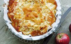 Æblekage med marcipan : 2 stk æg 600 g æbler, f.eks. Gråsten 100 g sukker 100 g smør 100 g groftrevet marcipan 2 tsk bagepulver 150 g mel Saft og revet skal af 1 appelsin